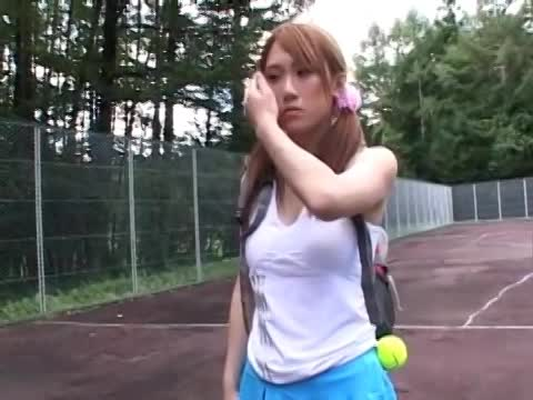 リモコンバイブ仕込まれてテニスをする露出お姉さん